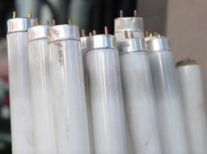 Se conoce por luminaria fluorescente, al conjunto que forman una lámpara, denominada tubo fluorescente, y una armadura, que contiene los accesorios necesarios para el funcionamiento. En ciertos lugares se conoce como luminaria solamente a la lámpara.